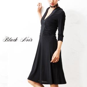 モード感とクチュールなディテールがミックスされた黒いドレス 思わず触れてしまいたくなるトリッキーな装...