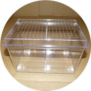 中型の昆虫飼育に適した飼育ケースです。移動可能な仕切りは付属します。 材質:本体PS 蓋PS 最大寸...