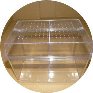 中型の昆虫飼育に適した飼育ケースです。移動可能な仕切りは付属いたします。 材質:本体PS 蓋PS 最...