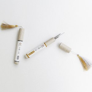"""金沢のお針子に長年愛されてきた""""めぼそ針""""。 めぼそ針の最大の特長は、針を縦に研磨し、生地との接地面..."""