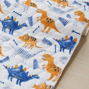 クレヨンで描いた恐竜たちが動き出しそうな『ぼくの恐竜』。  オフホワイト地に、青、オレンジ、グレーの...