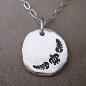 ハワイでは、海亀のことを'Honu'(ホヌ)といい、幸運を運んでくれる「海の守り神」として崇められて...