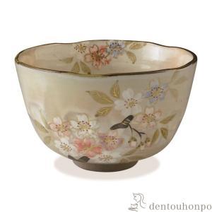 ほんのりと色づく桜の花を優しく描きました。春のお茶会に華を添えることでしょう。  ■ 抹茶碗 彩さく...