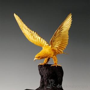 樹上から眼光鋭く獲物を狙い、猛々しく羽を広げる黄金の鷹。いまでもその逞しい爪で、吉運を掴み取ろうとす...