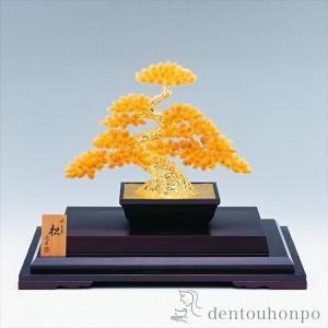 神木ともいわれる長寿の象徴、純金の風格あふれる見事な千年松。古来より縁起物の象徴として親しまれていま...