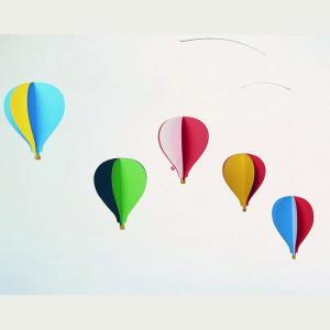 人気のロングセラーデザイン。紙製の気球を立体的に広げて飾ります。気球の一つには小さなデンマーク国旗の...