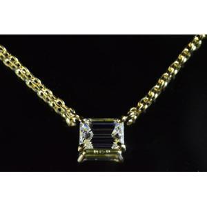 エメラルドカットダイヤネックレス横置きとイエローゴールドが華やかな上品さ!0.3カラットエメラルドカットダイヤLカラーVS1|diadia