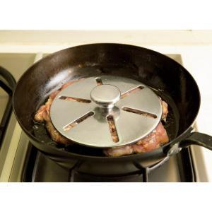 フライパンで焼くだけのチキンのロースト、簡単だけれど美味しく作るにはコツがあります。そこでおすすめな...