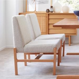 ビーチ材のやさしい質感を活かした、ゆったりとしたデザイン。深く掛けられるシートと、体を移動させやすい...