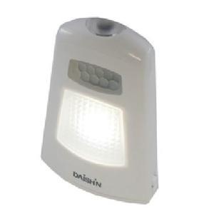 乾電池式なので設置場所に困らないミニタイプのセンサーライト。 3つの特徴:(1)人感(人感センサーで...