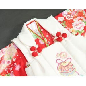 七五三着物 3歳 女の子被布セット 京都花ひめ 赤地ベージュぼかし着物 被布白刺繍使い 捻り梅 鈴 足袋付き11点フルセット|doresukimono-kyoubi|04