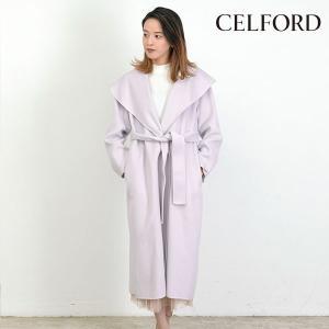 襟を幅広にデザインした、エレガントなムードが漂うリバーコート。 シルエットに女性らしいメリハリ感を効...