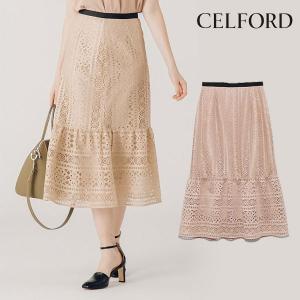 幾何柄レースで仕立てた、フェミニンなスカート。フレア切替をほどこした裾が揺らめき、女性らしいシルエッ...