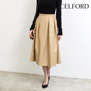 しっとりとした落ち感の良いフェイクレザーを使用したスカート。 フレアシルエットなので辛口すぎず、上品...