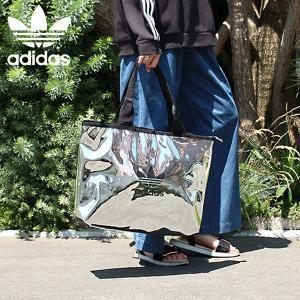 メタリックなカラーがポイントのトートバッグ。 大きめのサイズなのでデイリー、通学はもちろんマザーバッ...
