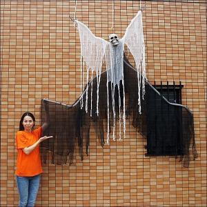5,500⇒2,000円 ハロウィンビッグ装飾 ホラーハンギングカーテン 羽根付きブラックワイド W260cm/動画有|e-halloween