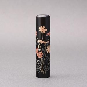 印鑑/蒔絵(花)-黒水牛(高級芯持)-【コスモス】/熟練職人の手彫り仕上げ-13.5mm