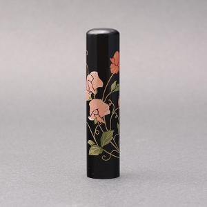 印鑑/蒔絵(花)-黒水牛(高級芯持)-【スイトピー】/熟練職人の手彫り仕上げ-13.5mm