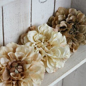 可愛い ポンポンダリアのコサージュ(ベージュライン) 造花 インテリア アレンジ 髪飾り|e-mintcafe