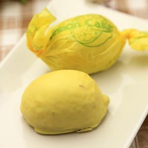 レモンの形をしたケーキ生地に、レモン風味の甘い衣をまとわせた、昔懐かしい銘菓です。 菓子司はたなかの...