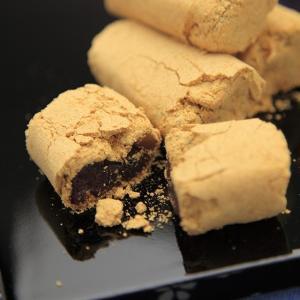 はたなかの五島銘菓「ちゃんここ(治安孝行)」は、水飴で練り上げた餡を粒あんで包み、きな粉をたくさんま...