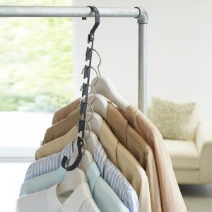 服が絡まない!収納スペースアップの便利なハンガー  定位置に穴に洋服を収納するから絡まず、選びやすい...