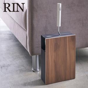 収納場所に困るカーペットクリーナーをオシャレに収納できる木目調のスタンド。 スリムなデザインでソファ...