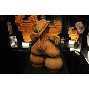 縄文土偶はほとんどを女性と言われています。不思議な風貌とその姿は現代美術をもってしても モダンな芸術...