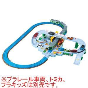 プラレールとトミカが一緒に遊べる大きな踏切が登場!!レバーとボタンで操作できる!
