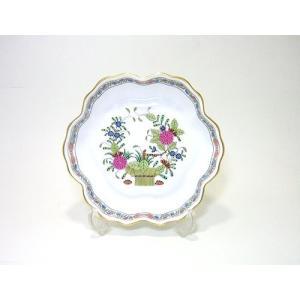 格調高い柿右衛門写し オランダの東インド貿易会社によって もたらされた白磁に絵付けされている異郷の花...