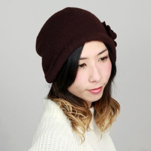 日本製 婦人 コサージュ付き ウール ニット帽 フード 耳あて 秋冬 国産 帽子 レディース クロッシェ バスクフード 焦茶 ブラウン|elehelm-hatstore