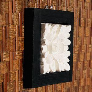 ブラックフレームに囲われた立体的なお花が可愛いストーンレリーフ。木製のフレームにホワイトストーンで模...