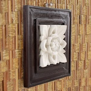 木製フレームを組み合わせたストーンレリーフ。立体的で、アジアンリゾートの異国情緒が楽しめるフラワーモ...