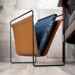 マガジンラッホルダー ラック 薄型 スリム コンパクト ソファ横 収納 新聞 茶色 キャメル 一人暮らし ワンルーム ミッドセンチュリーの写真
