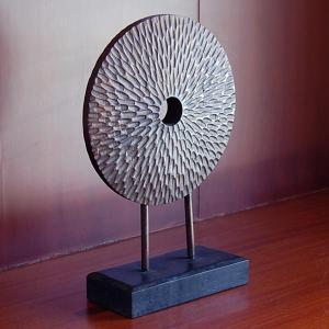 <コメント> 独特の雰囲気を漂わせる木彫りのアジアンオブジェ。 丸く円盤状に削られたオブジェの表面に...
