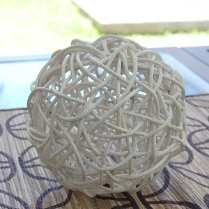 アジアン雑貨・バリ雑貨! アジアン家具やカーペットの材料としておなじみのラタンを編み込んで作られたボ...