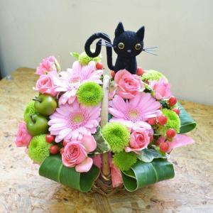 生花 ネコ 猫ピック付き 手つきバスケットアレンジメント お花の延命剤付 花 ギフト プレゼント 贈り物 フラワーギフト|elfleur