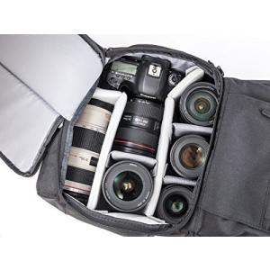 下部にカメラ機材、上部にそれ以外のアイテムを収納できる2気室構造 上部気質はロールトップタイプで荷物...
