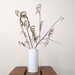 7616  バッチャン焼 ホワイト  花瓶  線彫り|emiook