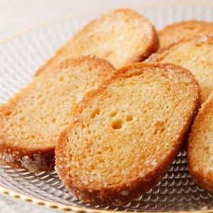 ほどよくバターをしみ込ませたフランスパン生地にグラニュー糖をまぶしたシンプルな一枚。  ティータイム...