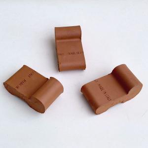 スタンダードなテラコッタ製のポットフット(ポットフィート)、3個セットです。鉢の下に敷けば、鉢底の通...