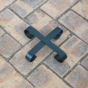 鉢の下に敷いていただくおしゃれで丈夫なポットフィート。水はけと通気性を促してくれます。シンプルな十字...