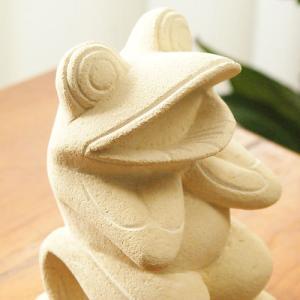 バリ島のパラスストーンで作られたカエルの石彫りです。  ちょこんと座ったカエルのなんともいえない表情...