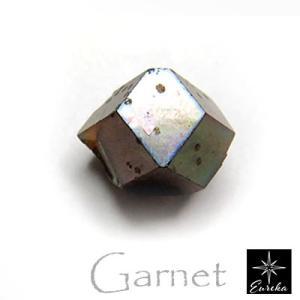 ガーネットは最近では珍しくなった何も改良を行わずに生まれたままの姿を研磨して十分綺麗な装飾品になる宝...