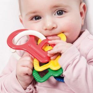 モダンデザインのベビートイ・ブランド、アンビ・トーイの4色のカギ型の歯固めです。振ればラトル(ガラガ...