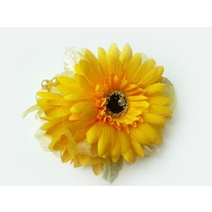 コサージュ&ヘアクリップ2WAY パールがアクセント山吹色のガーベラ 造花 フォーマル familiamia