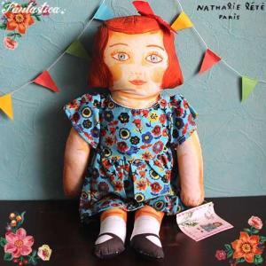 ナタリー・レテが描く、シュールで愛らしいキャラクターたちがお人形になりました! こちらは水晶のような...