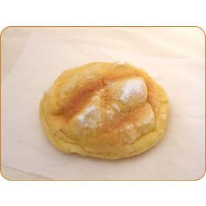 ザラメ糖仕上げのメロンパンにジャージークリームがたっぷり入った、当店だけのヒット商品です。