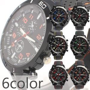 ブラックベースのデザインに鮮やかなアクセントカラーが特徴のメンズ腕時計です。ラバーベルトにステッチを...