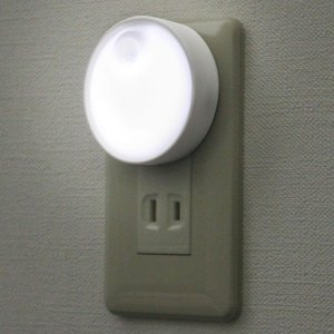 ELPA(エルパ) LEDセンサー付ライト コンセント差込タイプ ホワイト PM-LA301(W)